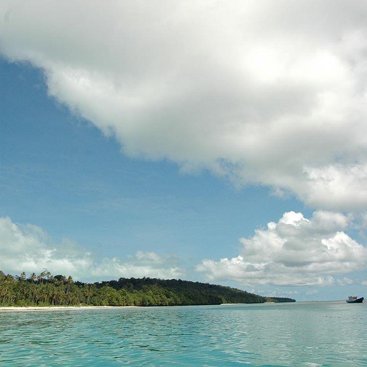 Pantai di Pulau Derawan, sumber ig rakhman07